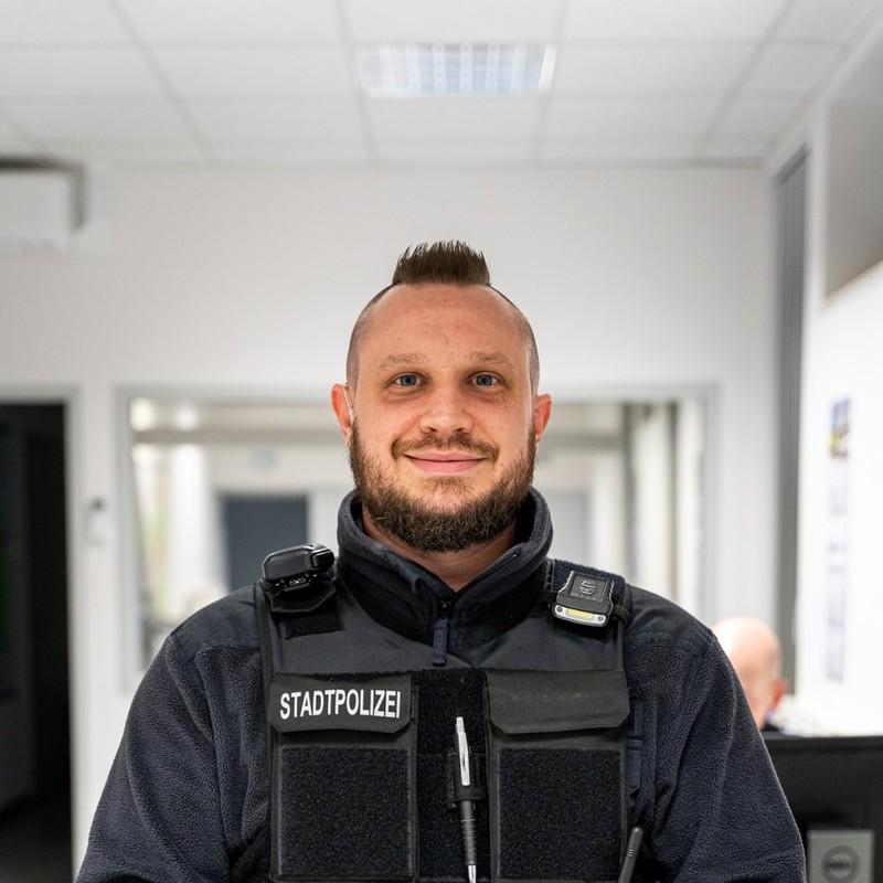 André Komander, Stadtpolizei Menschen mit ihren großen und kleinen Sorgen begegnen André jeden Tag. Als Stadtpolizist in Hanau ist er auch jetzt für sie da. Ein Fels in der Brandung und einer unserer Helden