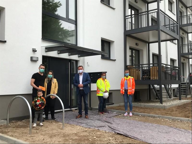 Ahmet, Kübra und Ayaz Bayram freuten sich nicht nur über ihre neue Wohnung, sondern auch über ein Einzugsgeschenk von Oberbürgermeister Claus Kaminsky