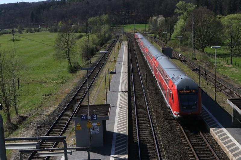 Mit dem Regionalzug fahren viele Menschen zur Arbeit in Rhein-Main-Gebiet