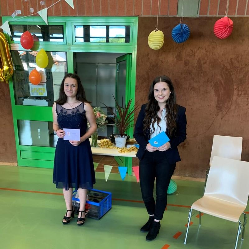 Die Schülerinnen Patricia Daus und Jessica Langer (beide R10a)