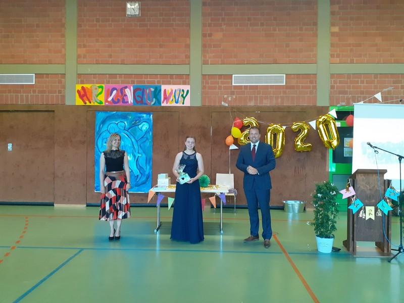 Klassenlehrerin Fr. N. Petter, Schülerin Fabienne Faust (H9) und Schulleiter Hr. T. Kubalek