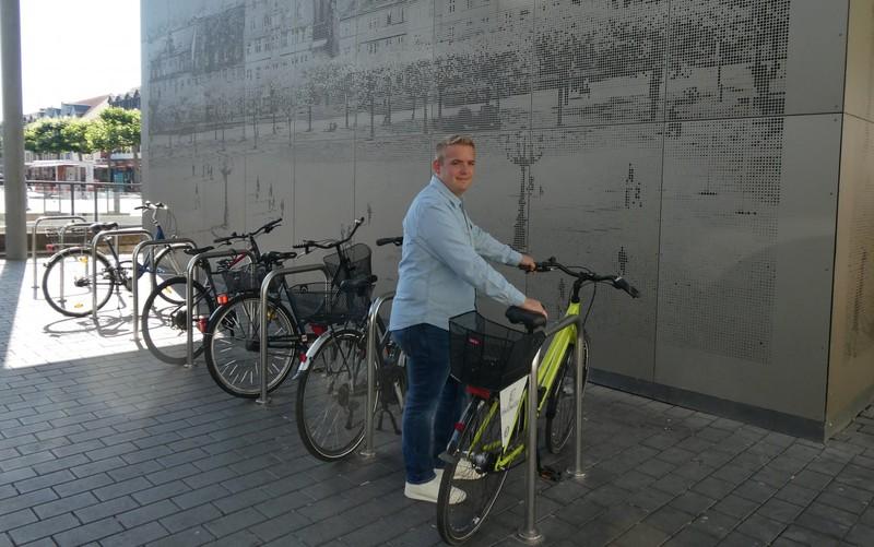 Mit dem Dienstfahrrad unterwegs: Felix Waitz parkt am Marktplatz.