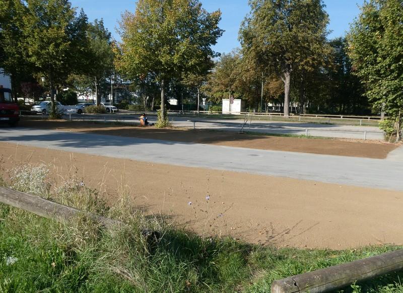 Der Parkplatz gegenüber der Otto-Hahn-Schule ist wieder nutzbar.